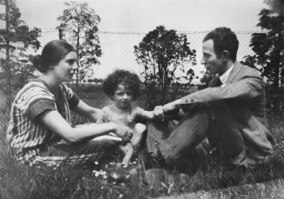 Clemens Kalischer posing with his parents as a young child, Germany, 1920s