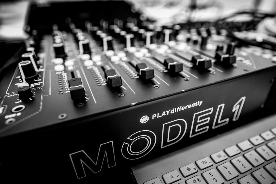 PLAYdifferently MODEL 1 Premium 6-Channel Analog DJ Mixer